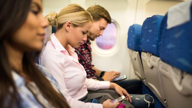 Tres personas en un avión