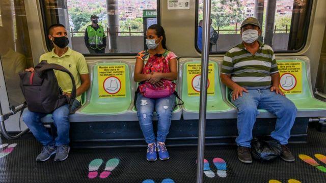 Personas usando mascarillas en el metro de Medellín.