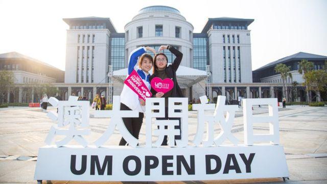 澳门大学横琴校区开放日两位少女在布置前合照(新华社图片17/1/2021)