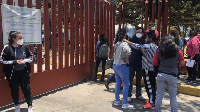 Familiares de las víctimas en la entrada del hospital Belisario Domínguez.