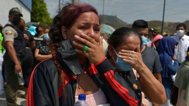Familiares de presos afuera del penal Número 1 en Guayaquil tras el último motín.