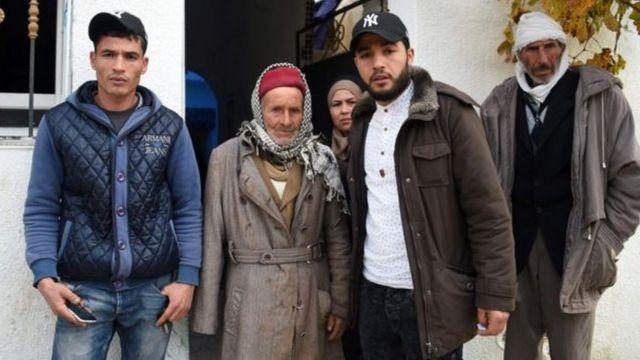 أفراد عائلة العماري: أبوه وأخوه وليد في أقصى اليسار وأخوه عبد القادر كلهم قالوا إنهم شعروا بالصدمة عند سماع الأخبار