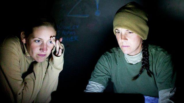 લેપટોપ પર કામ કરી રહેલી બે યુવતીઓ