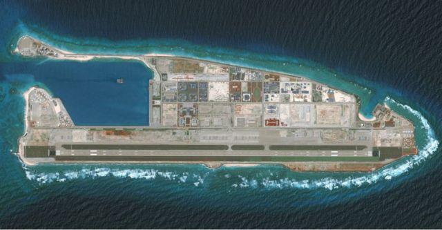 Foto aérea de los avances de China en una isla en los disputados mares.