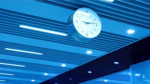 Un reloj bañado en luz azul