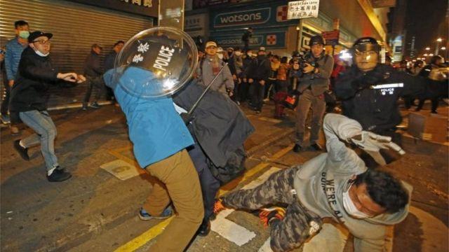 警官と市民の衝突は9日未明に始まった