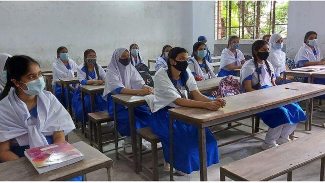 ঢাকার মহাখালীর টিএন্ডটি আদর্শ উচ্চ বালিকা বিদ্যালয়ের প্রথম দিনের ক্লাসে হাজির হয়েছিলেন বেশিরভাগ শিক্ষার্থী