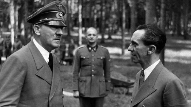 Hitler, Heinz Linge y Joseph Goebbels.