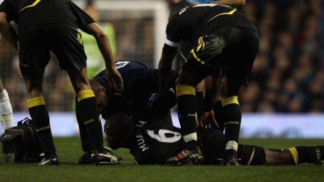 El futbolista Fabrice Muamba acostado en la cancha de juego.