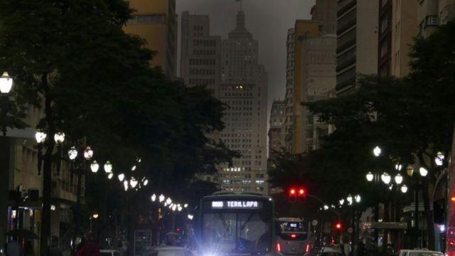 São Paulo escurece em plena tarde