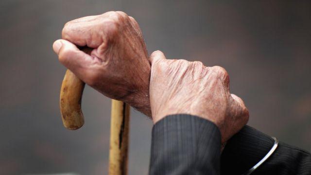 Manos de hombre anciano