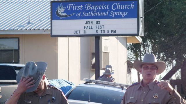 Agentes frente a la iglesia bautista de Sutherland Springs.