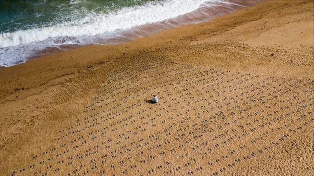 Отпечатки ботинок на пляже Слэптон-Сэндс