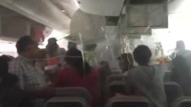 緊急避難するエミレーツ機乗客の様子