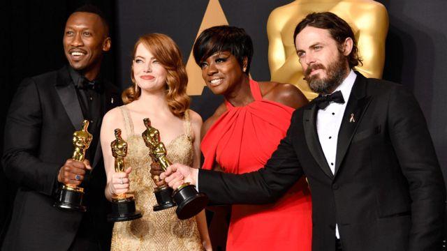 左から助演男優賞のマハーシャラ・アリ、主演女優賞のエマ・ストーン、助演女優賞ビオラ・デイビス、主演男優賞ケイシー・アフレック