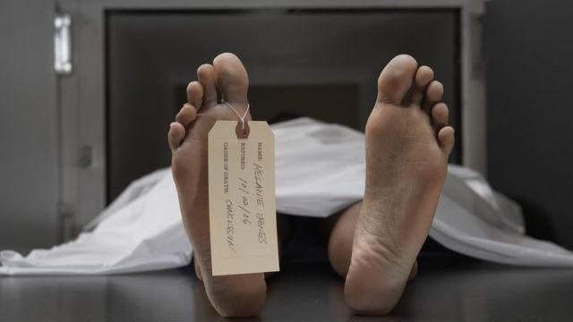 Cadávez en una morgue
