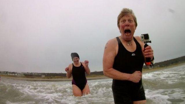 السباحة في الماء البارد