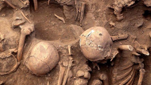 В 2013 году, когда мостовую вскрыли, чтобы добраться до канализационной системы города, было найдено не менее 63 скелетов, относящихся к доколониальному периоду