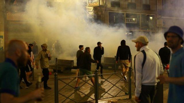 催涙ガスを浴びたイングランドのファン(15日、リール)
