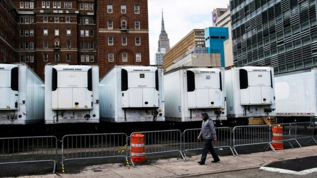 在美國疫情最嚴重的紐約,一些冷藏設施被臨時用作停屍房。