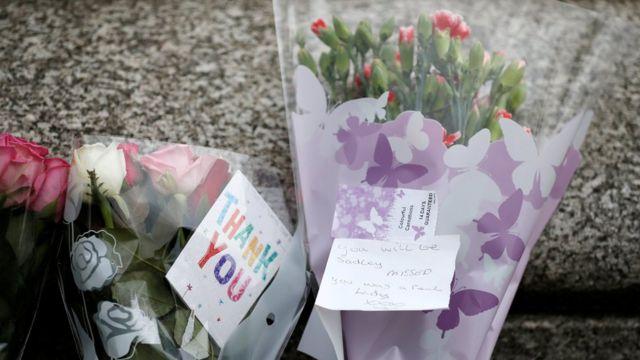 バーストルでも追悼の花束が供えられた