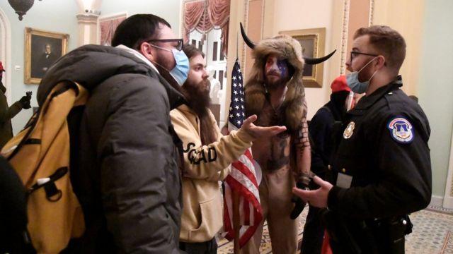 Un policía del Capitolio dialoga con simpatizantes de Trump