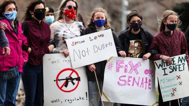 Люди протестуют с плакатами