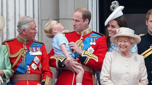 Королева, принц Уэльский, герцог Кембриджский и принц Джордж