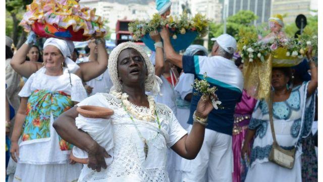Festa de Iemanjá, no Rio de Janeiro, com as vestimentas brancas e as flores como oferenda