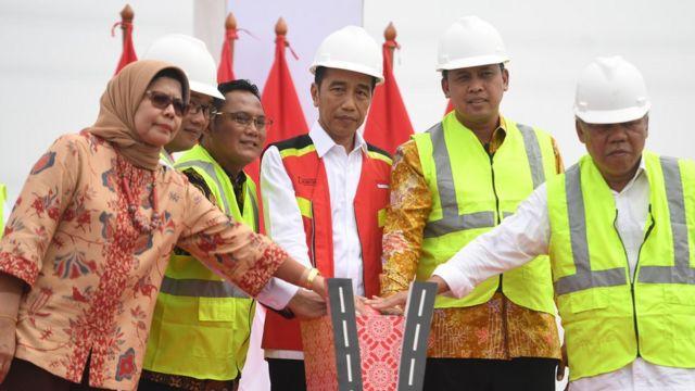 Presiden Joko Widodo (tengah) meresmikan Jalan Tol Layang Jakarta-Cikampek di KM 38, Cikarang, Bekasi, Jawa Barat, Kamis (12/12/2019). Jalan tol tersebut akan dibuka untuk mendukung arus lalu lintas libur Natal 2019 dan Tahun Baru 2020.