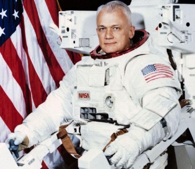 นายแมคแคนด์เลสถ่ายภาพคู่กับอุปกรณ์ไอพ่นช่วยบินในอวกาศเมื่อปี 1982