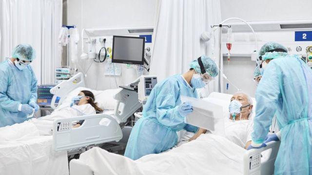 مرضى وأطباء في غرفة مستشفى