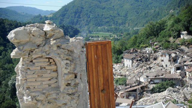 ペスカーラ・デル・トロント村で崩壊した建物のドア
