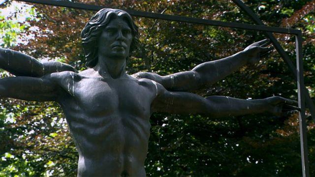 """""""Homenagem a Leonardo"""" do escultor italiano Enzo Plazzotta, localizado na Belgrave Square, em Londres"""