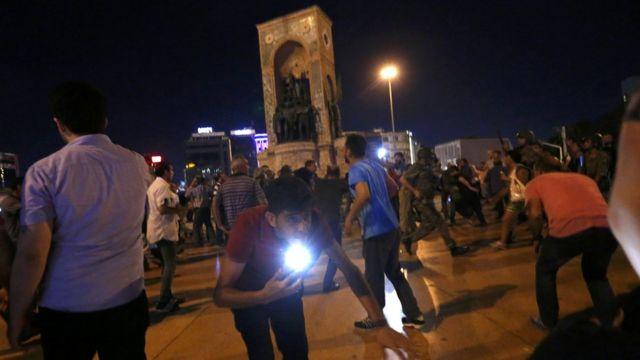 Tanto en Estambul (foto) como en Ankara, la capital, se reportaron tiroteos y enfrentamientos entre militares y civiles. Los golpistas decretaron el toque de queda y la ley marcial en el país. Aunque ahora las autoridades aseguran que el levantamiento ya fue controlado, quedan escaramuzas en Ankara.