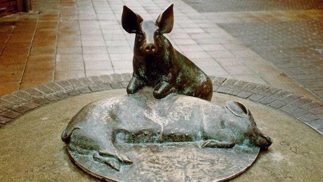Бронзовые свинки в городе Каан