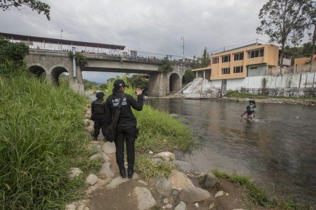 नदी के किनारे गश्त लगाती सार्जेंट कंचीटा लोपेज़