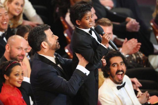 Kimmel akimbeba muigizaji Sunny Pawar, kutoka Lion, wakati muziki kutoka kwa king ulipochezwa na kumfurahisha nyota mwenza Dev Patel.