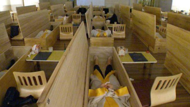 Sala de una empresa en Corea del sur que organiza funerales para vivos.