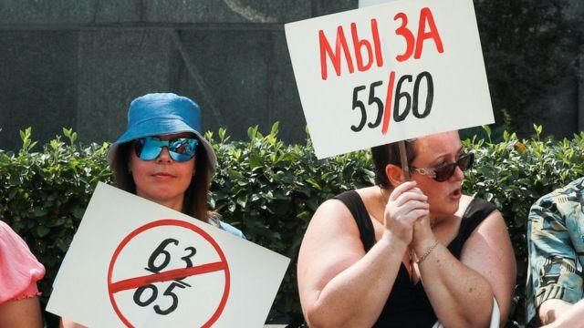 Mujeres en Rusia protestando contra la reforma de pensiones.