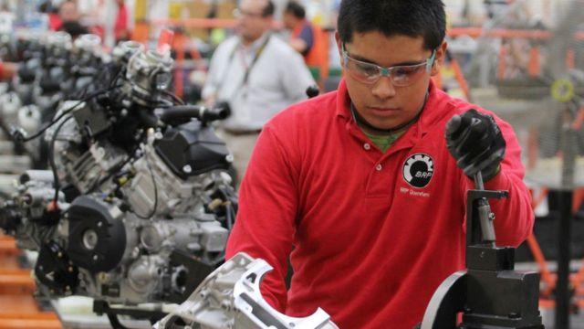 Homem trabalhando em fábrica
