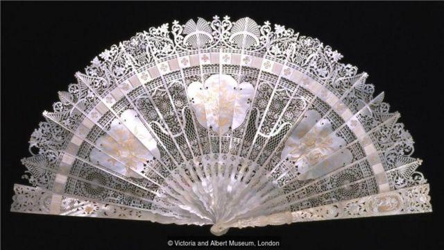 图上是其中一项展品——一把由珍珠母精心雕刻而成的扇子,于十九世纪在法国制作而成。(Credit: Victoria and Albert Museum, London)