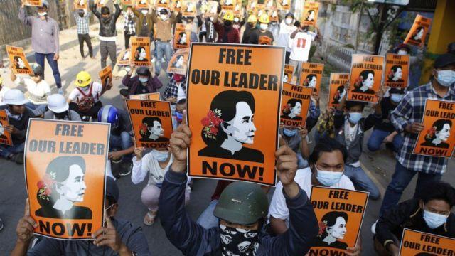 抗议者要求释放被关押的民选领导人昂山素季。