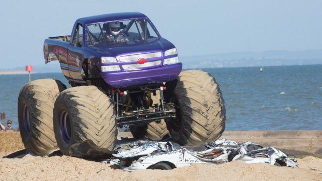 Un monster truck en acción.