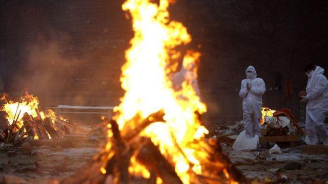 Hindistan'da ölümlerin çok fazla olması yüzünden geleneksel yakarak uğurlama törenlerine yetişilemiyor
