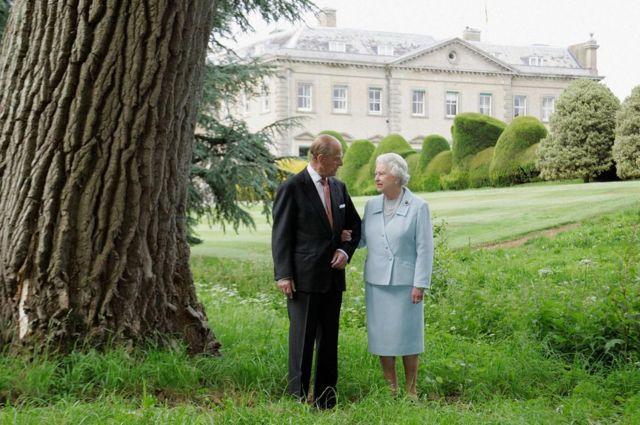 الملكة إليزابيث والأمير فيليب في صورة بمناسبة عيد زواجهما الستين عام 2007