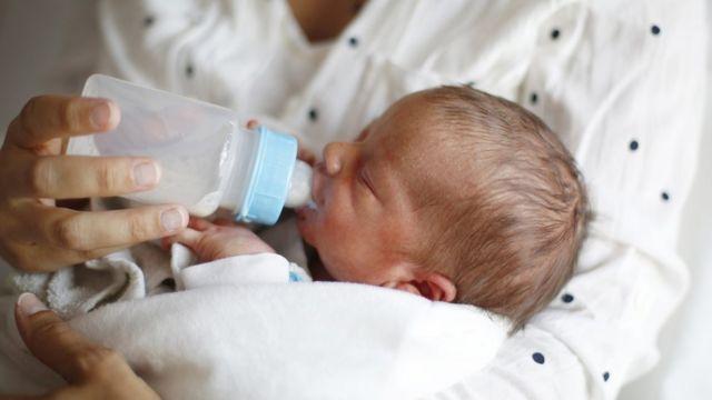 biberonla beslenen bir bebek