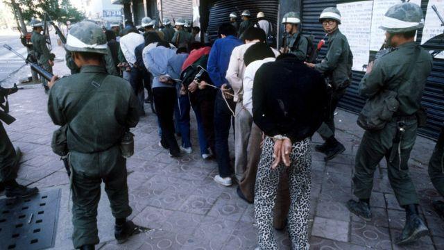 1980年、光州で拘束され兵士に囲まれる抗議者