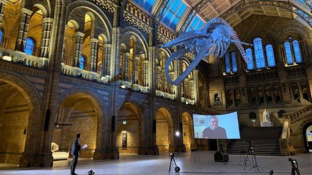 Justin Rowlatt entrevistando a Gates desde el Museo de Historia Natural de Londres.