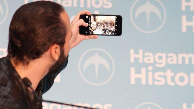Bukele se hace un selfie para celebrar su triunfo electoral